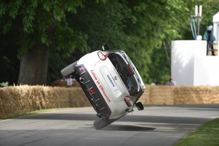 Nissan Juke NISMO RS и Терри Грант установили рекорд по езде на двух колесах